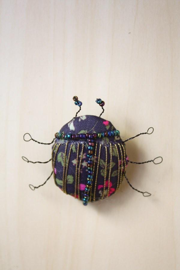 Брошь жук из бисера сделана