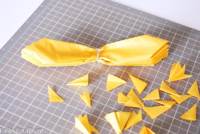 Как сделать простые цветы из бумаги?