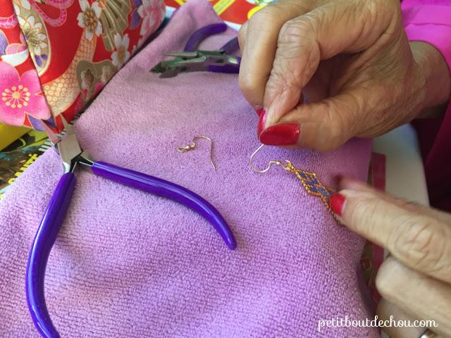 Красивые серьги из бисера-откройте петлю на крючке