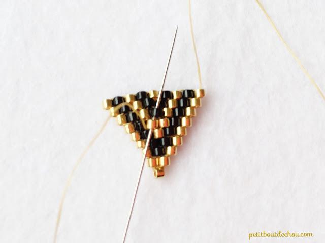 Простое колье из бисера-первый треугольник сплетен