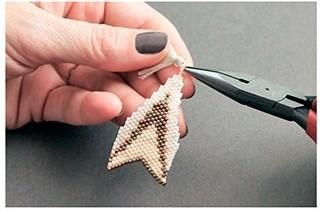 Кулон треугольник из бисера-добавьте кисточку