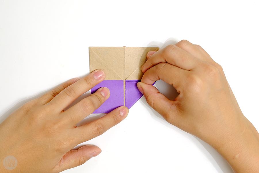 Оригами подставка для яиц-заверните правый нижний угол вверх