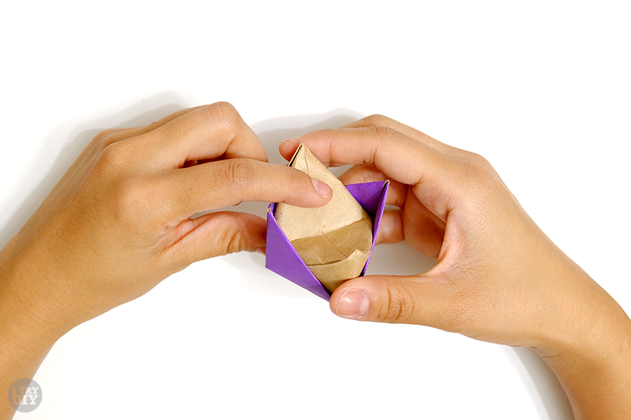 Оригами подставка для яиц-опустите клапан посередине вниз