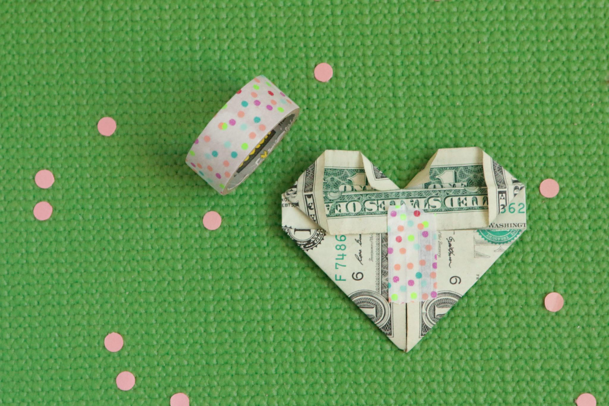 Сердечко оригами-скрепите лентой