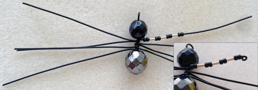 Паук из бисера-загните петлю на лапке