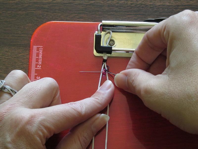 Простой браслет из бисера-проведите иглу сквозь бисер