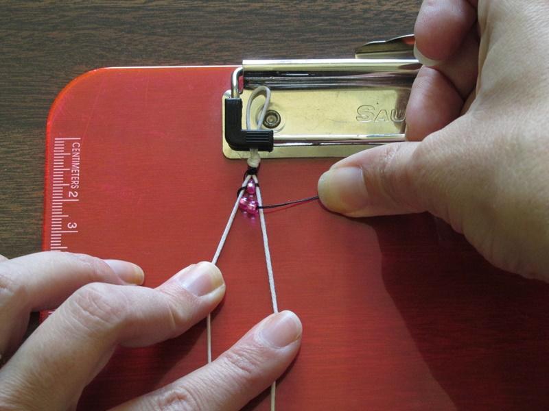 Простой браслет из бисера-добавьте 2 бисерины