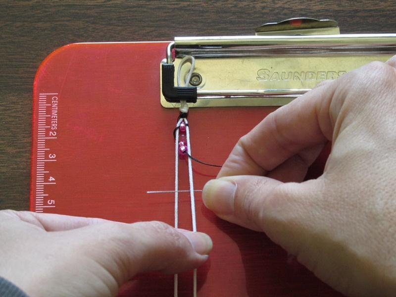 Простой браслет из бисера-проденьте иглу справа налево