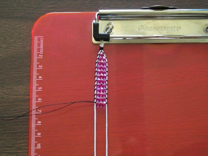 Простой браслет из бисера-продолжайте плетение
