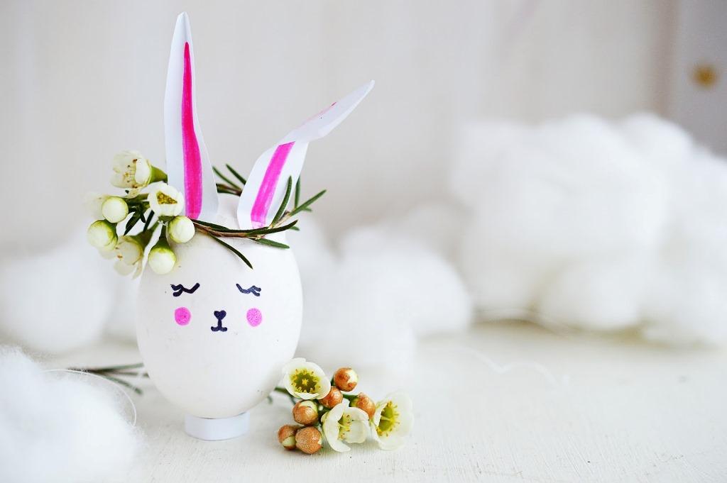 Украшение пасхальных яиц в виде зайцев