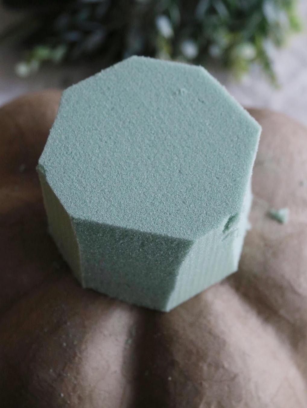 Как сделать цветочную композицию - отрежьте углы на кубе из флористической губки