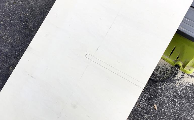 Журнальный столик своими руками - сделайте вырезы на ножках стола