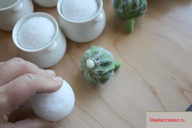 Декор цветочных горшков - вставьте шарики из пенопласта в горшки