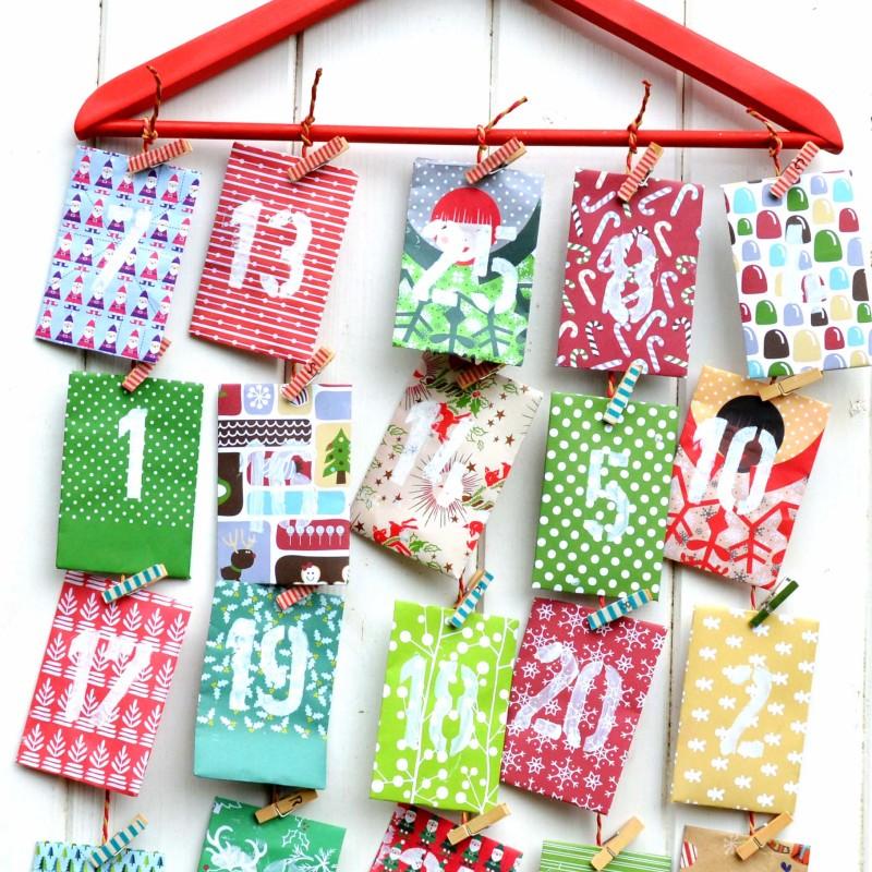 Адвент календарь из бумаги - подвесьте конверты а вешалку