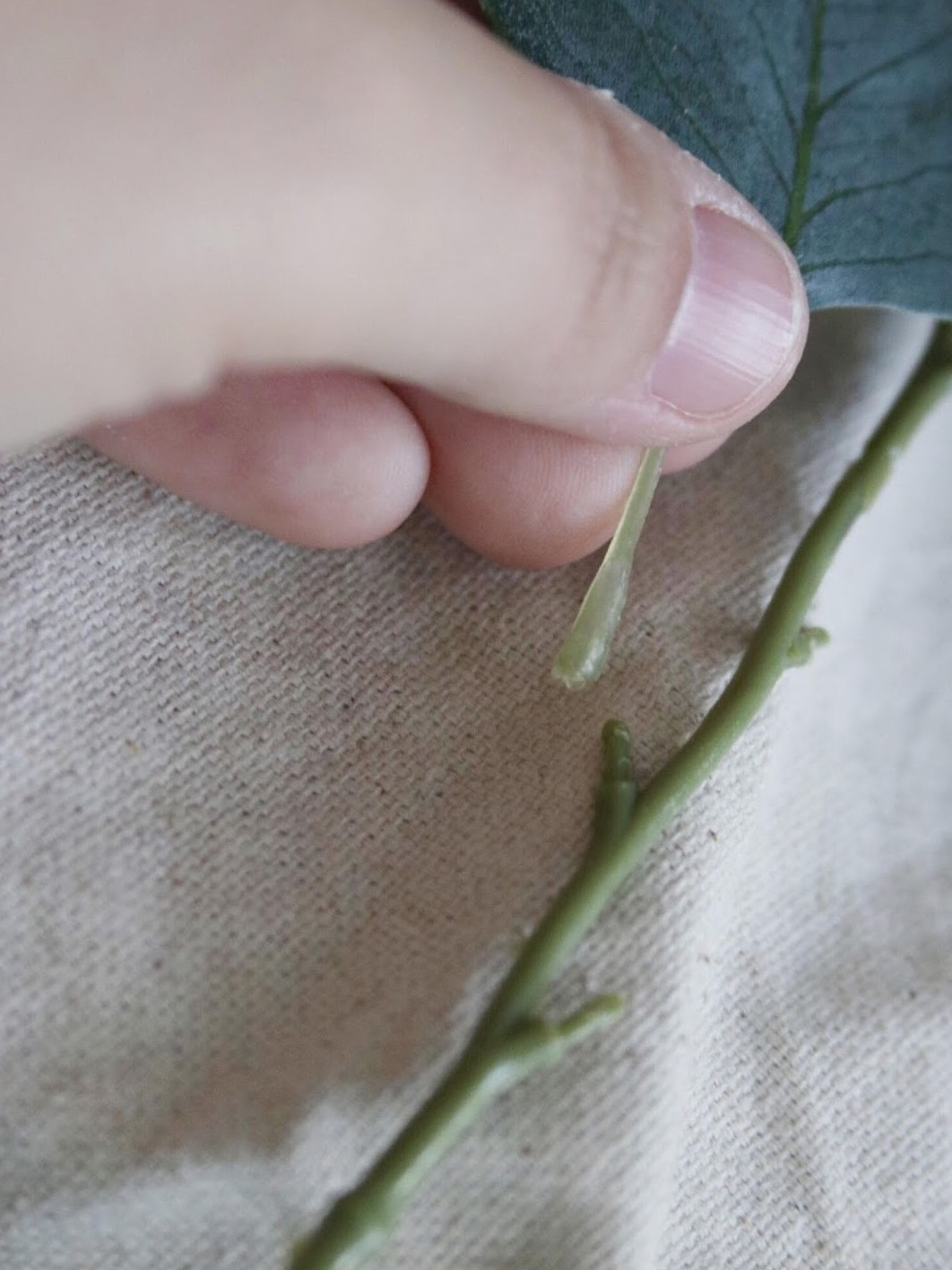 Как сделать цветочную композицию - отсоедините от стебля лист