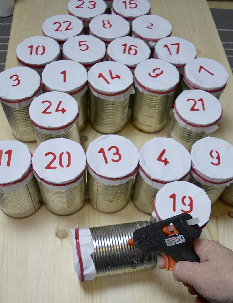 Адвент календарь из жестяных банок - поместите банки на ровную поверхность