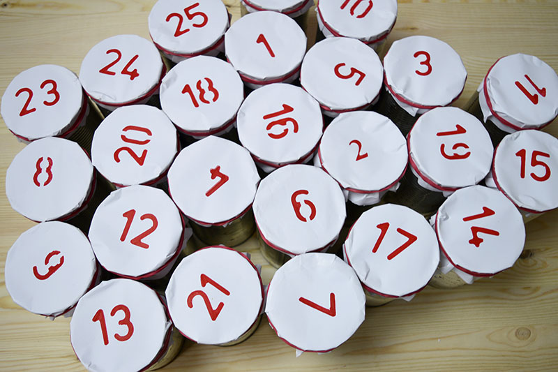 Адвент календарь из жестяных банок - заполненные банки