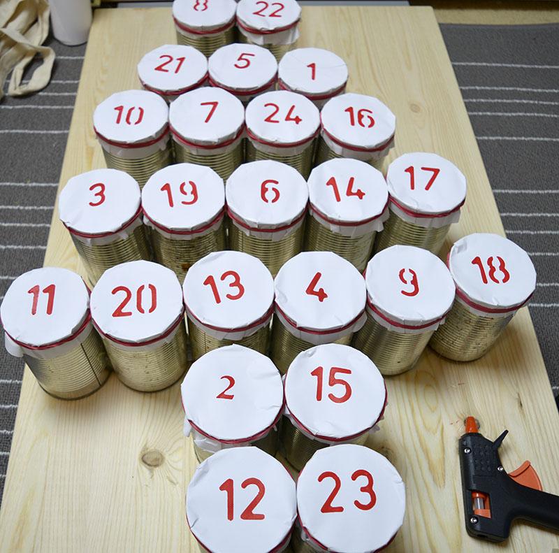 Адвент календарь из жестяных банок - прикрепите банки друг к другу в виде елки