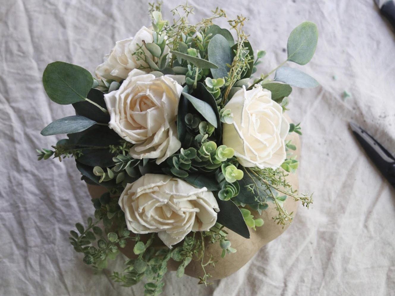 Как сделать цветочную композицию - прикрепите цветы