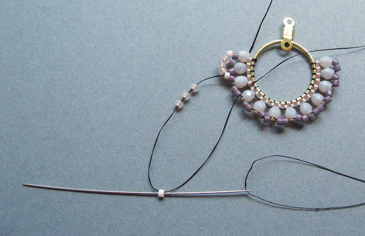Серьги из бисера своими руками - сформируйте следующий сегмент плетения
