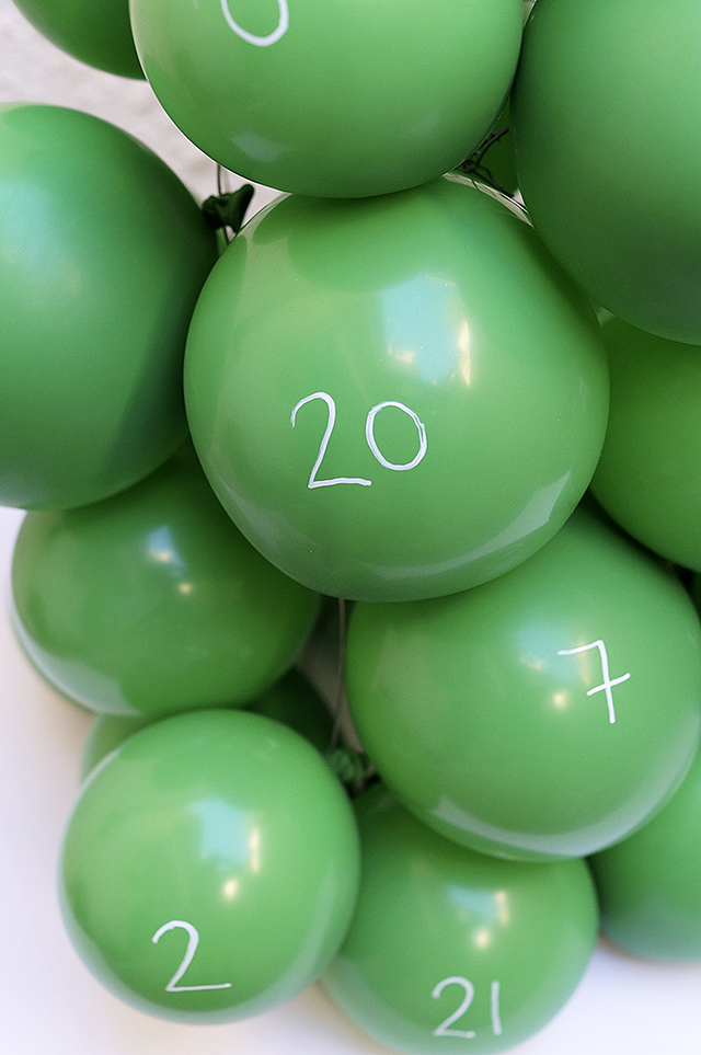 Адвент календарь из воздушных шаров - подпишите шары
