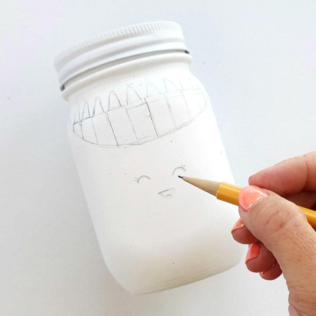 Как сделать карандашницу - нарисуйте на банках контуры для будущего рисунка