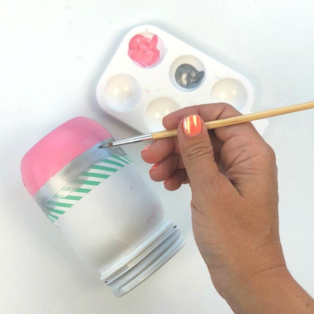 Как сделать карандашницу - раскрасьте банки акриловыми красками