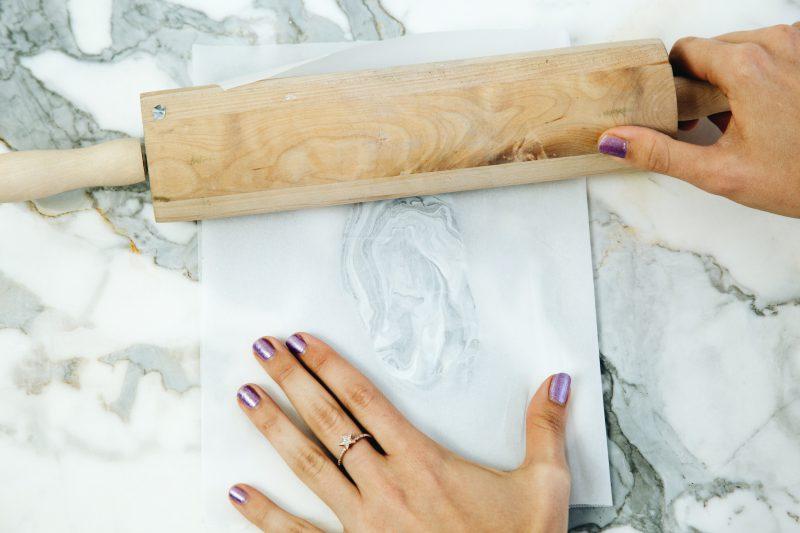 Украшения из полимерной глины - раскатайте глину в тонкий пласт