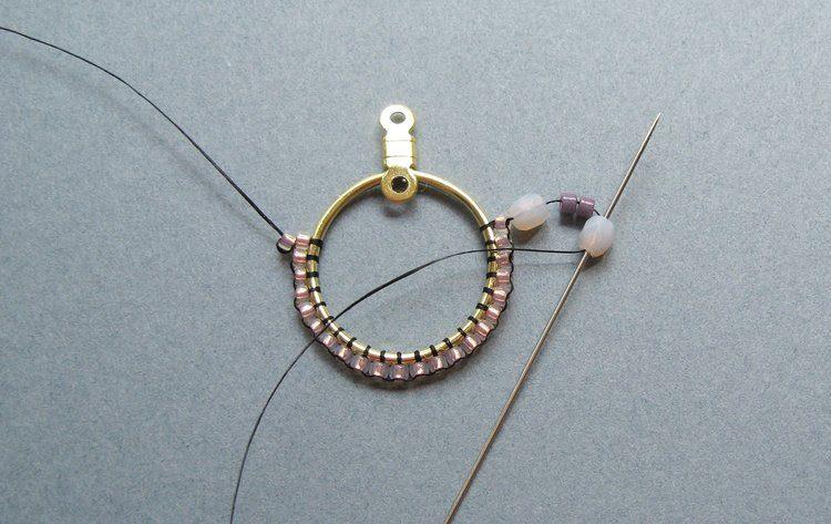 Серьги из бисера своими руками - проведите иглу через второй кристалл