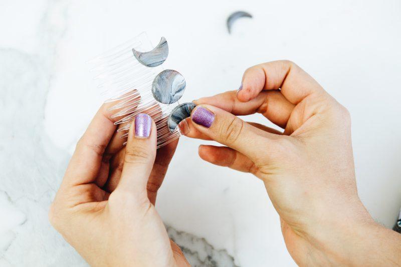 Украшения из полимерной глины - прикрепите диски на гребень