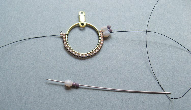 Серьги из бисера своими руками - затяните нить и добавьте 2 бисерины и кристалл