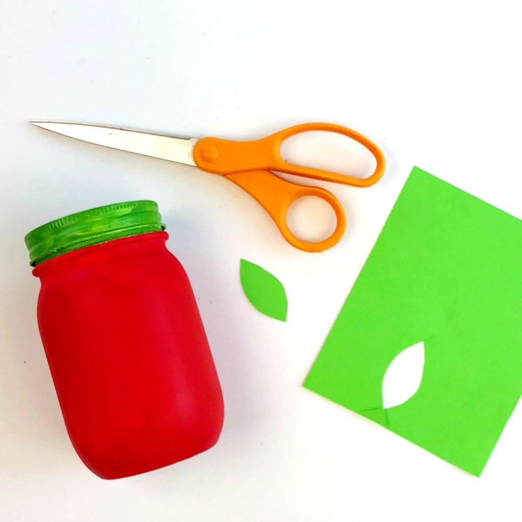 Как сделать карандашницу - вырежьте из зеленой бумаги листок
