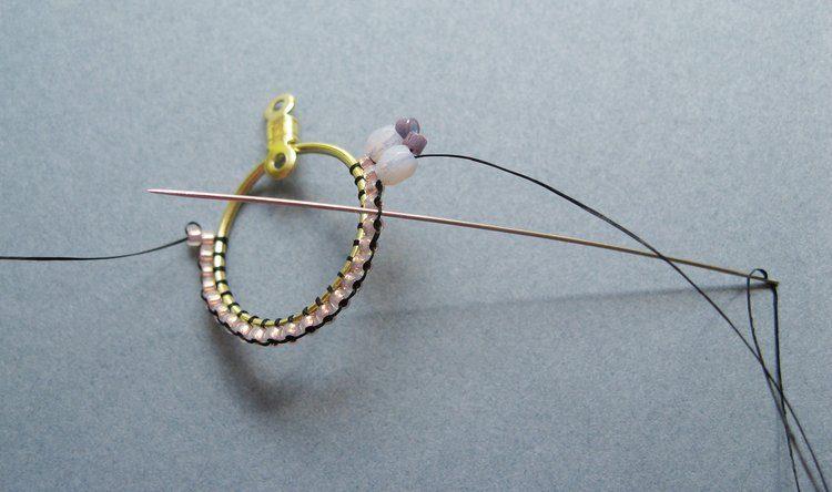 Серьги из бисера своими руками - проведите иглу через второй от последней рабочей бисерины зазор