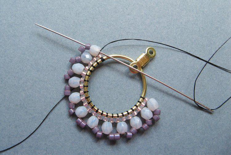 Серьги из бисера своими руками - проведите нить через первый кристалл и бисерину Делика рядом с ним