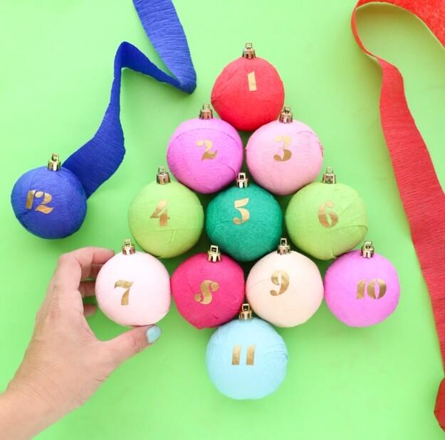 Как сделать анвент календарь из гофрированной бумаги - прикрепите на шары колпачки от новогодних игрушек