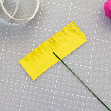 Тюльпаны из бумаги своими руками - оберните бумагу с разрезами вокруг флористической проволоки