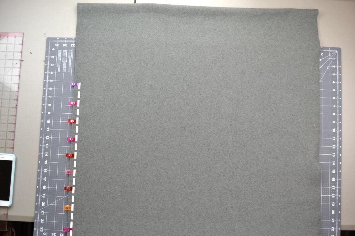 Как сшить пончо - закрепите ткань булавками