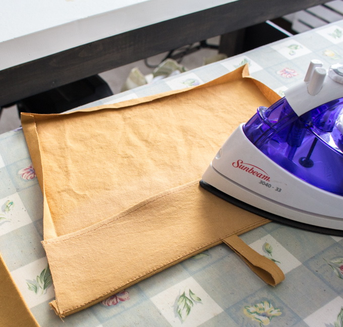 Как сшить фартук своими руками - заверните припуски внутрь и прогладьте утюгом