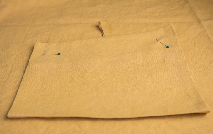Как сшить фартук своими руками - поместите карман на корпус по ранее проставленным точкам