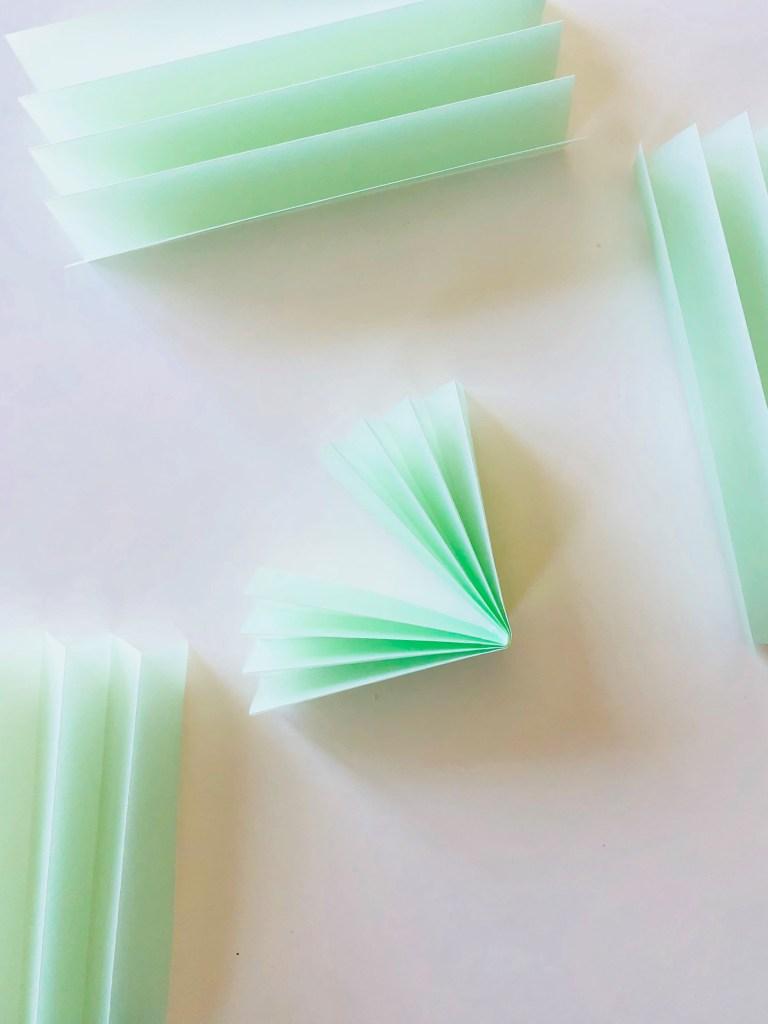 Елочные украшения из бумаги своими руками - сложите гармошку пополам