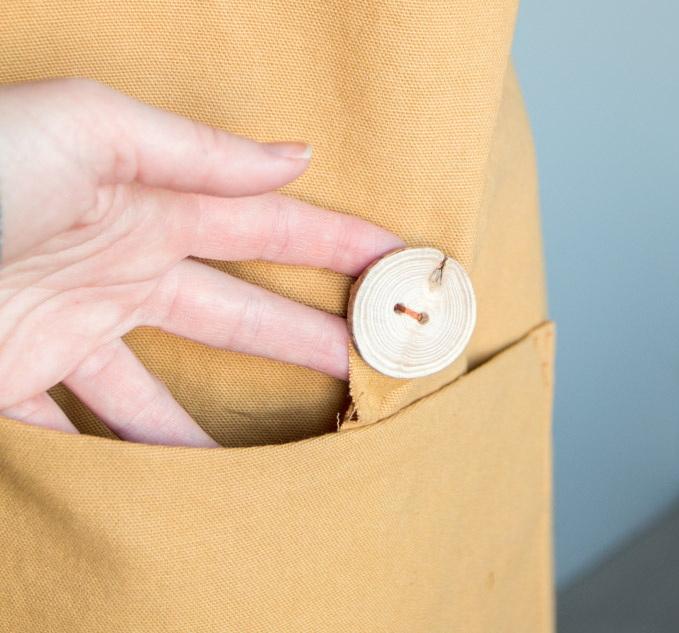 Как сшить фартук своими руками - пришейте пуговицы