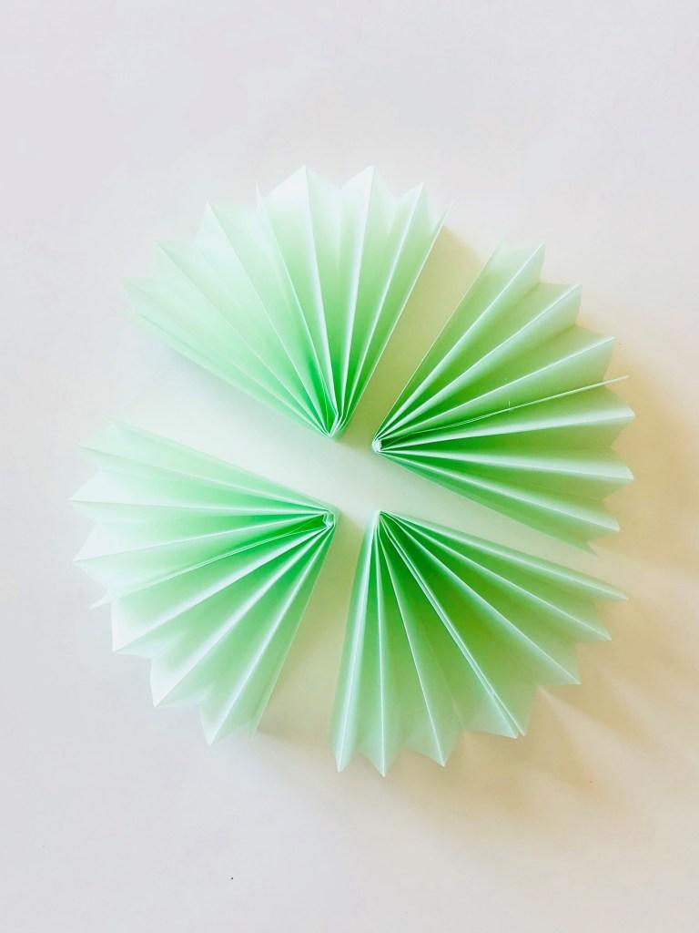 Елочные украшения из бумаги своими руками - все 4 гармошки сложите пополам