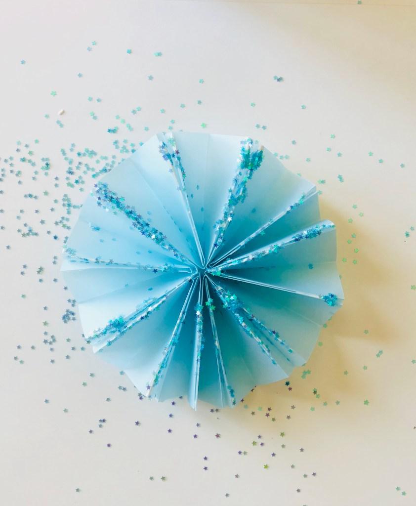 Елочные украшения из бумаги своими руками - готовая розетка