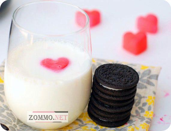 Замороженные кубики клубники в молоке