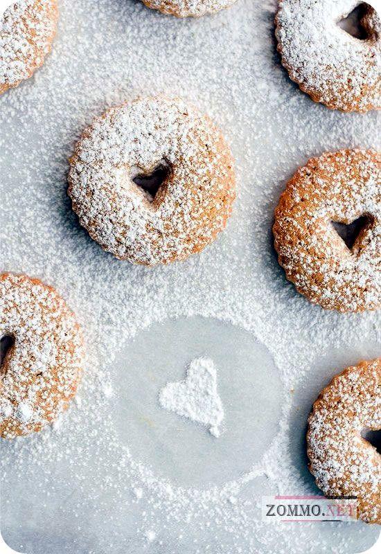 Печенье с сахарной пудрой и сердечком внутри