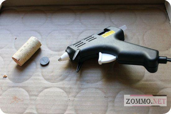 Винная пробка, пистолет и магнит