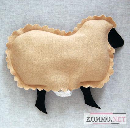 Наполняем подушку овечку наполнителем
