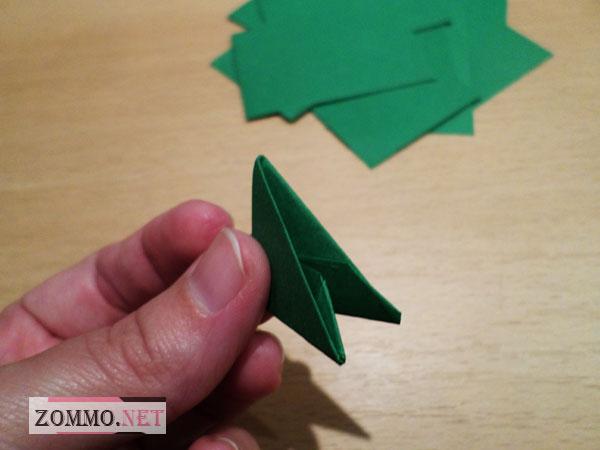 Бумажный треугольник в руке