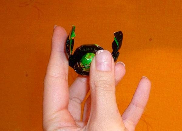 Конфета в руке