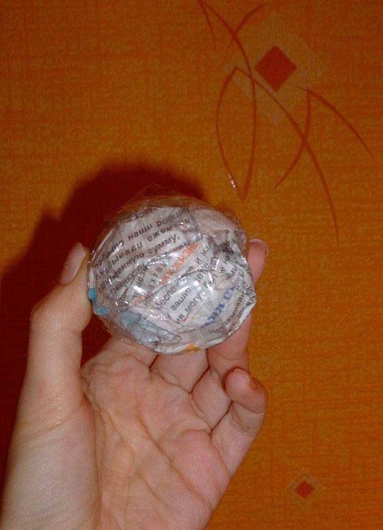 Шарик из бумаги замотанный скотчем